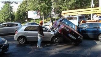 «Зрелищное» ДТП на Буюканах парализовало утреннее движение в столице