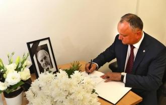 Глава государства возложил цветы к Посольству Германии