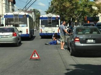 Мужчина выпал из движущегося троллейбуса в центре Кишинева