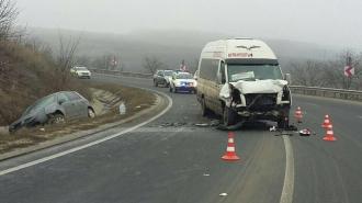 При столкновении легковушки и пассажирского микроавтобуса серьезно пострадал человек