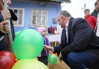В свой день рождения Игорь Додон навестил с подарками многодетную семью