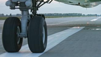 В китайском аэропорту столкнулись два пассажирских самолета