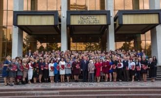 Около 200 лучших педагогов страны получили почетные грамоты президента