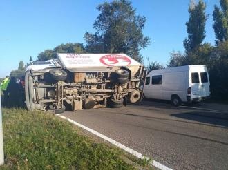 Серьезная авария на Ботанике: перевернулся грузовик