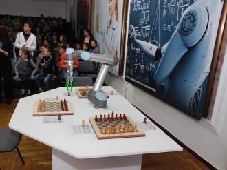 Робот против шахматистов
