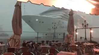 Огромный круизный лайнер едва не задавил кафе  в Венеции
