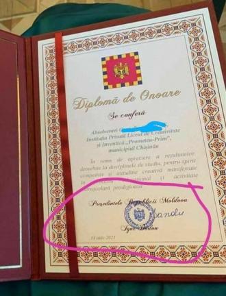 Майя Санду вручила выпускникам  дипломы, подписанные Игорем Додоном