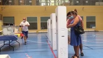Испания: Молодой человек дает указание женщине голосовать за ПДС