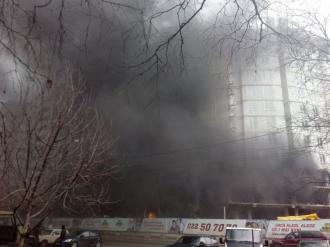 Un bloc locativ din sectorul Ciocana a fost cuprins de flăcări