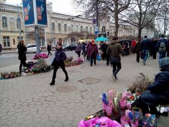 O piață improvizată a apărut în fața Primăriei Capitalei