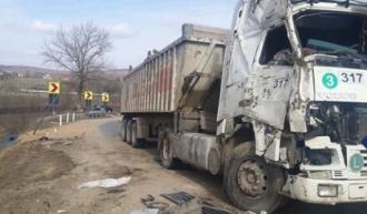 Câteva tone de grâu, împrăştiate pe drum după ce autocamionul cu care era transportat s-a răsturnat