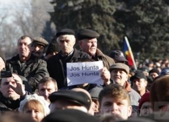 Sute de oameni au protestat ieri faţă de decizia CEC privind respingerea referendumului