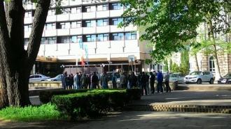 """""""Surprize"""" pentru protestatari? Zeci de tineri cu constituție atletică, în fața Hotelului Codru și GBC"""