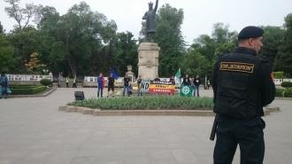 """Cîțiva membri ai organizației """"Noua Dreapta"""" au protestat împotriva Marșului Victoriei"""