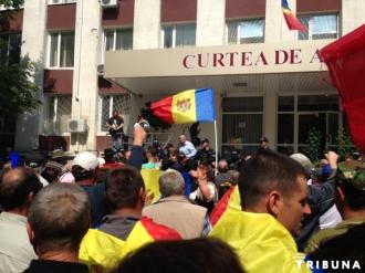 """Protest în fața Curții de Apel Chișinău; Platforma """"DA"""" cere eliberarea protestatrilor reținuți"""