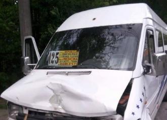 Un nou accident cu implicarea unui microbuz de linie; opt pasageri au ajuns la spital