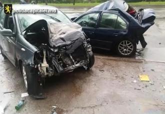 A urcat beat la volan și a tamponat șase mașini; Este isprava unui tînăr de 21 de ani