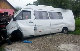 Un microbuz cu 10 moldoveni s-a răsturnat în România