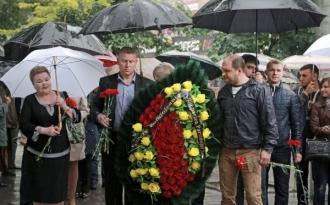 Reprezentanții PSRM au despus flori la Ambasada României