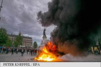 Trei mașini incendiate la Paris după manifestația antiguvernamentală