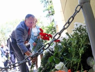 Socialiștii au depus flori la Ambasada Franței