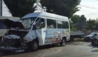 Accident cu implicarea unui microbuz în capitală; Șase persoane au fost rănite