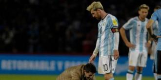 Messi a revenit cu gol la naţională. Un fan a intrat pe teren şi i-a pupat picioarele