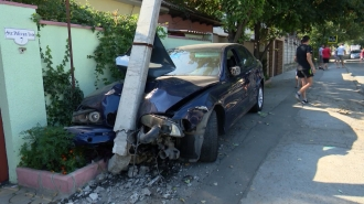 Un BMW a fost făcut zob după ce s-a izbit de un pilon