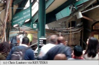 Tren deraiat în SUA. Unele vagoane au lovit peronul unei gări; Bilanţ provizoriu: 3 morţi şi 100 de răniţi