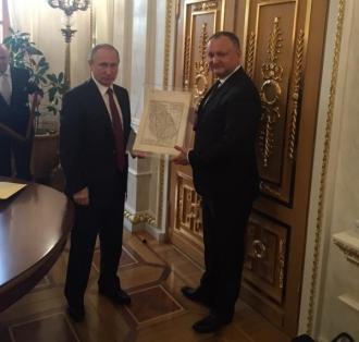 Igor Dodon și Vladimir Putin au făcut schimb de cadouri