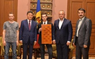 Campionul mondial la șah, Andrei Macovei, felicitat de Dodon și Ilimjinov