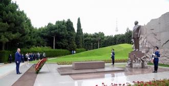 Șeful statului a depus flori la mormântul demnitarului Geydar Aliyev