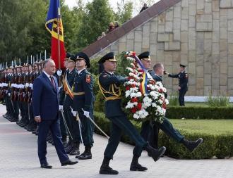 """Șeful statului a depus flori la Complexul Memorial """"Capul de Pod Şerpeni"""""""