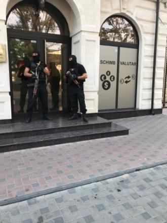 Percheziții la un agent imobiliar din capitală; Două persoane au fost reținute