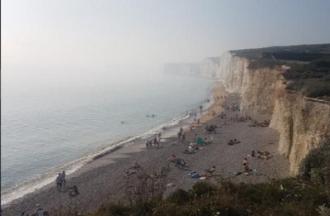 Sute de persoane au fost spitalizate în urma expunerii la vapori chimici pe o plajă din Marea Britanie