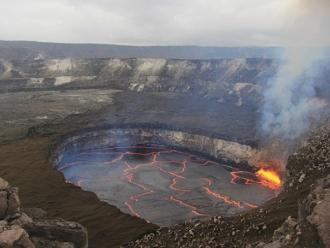 Aproape 135.000 de persoane au fost EVACUATE din cauza unui vulcan care poate erupe în orice moment pe insula turistică Bali