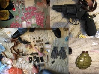 Pistoale, grenade, cartuşe şi droguri depistate într-un apartament din Capitală