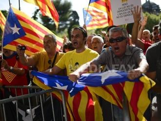 REFERENDUM în Catalonia: Milioane de oameni, chemaţi să decidă independenţa/ Poliţia spaniolă are ordin de a închide toate secţiile de vot, în timp ce mii de susţinători au ocupat şcolile