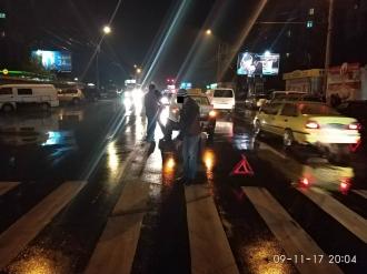 Un pieton a fost lovit de un taximetrist, în timp ce traversa strada regulamentar