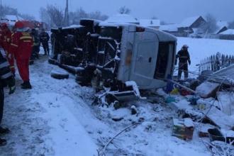 Un microbuz cu moldoveni s-a răsturnat în România: două persoane au murit pe loc