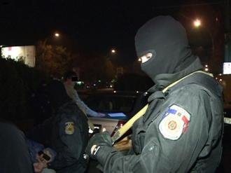 Șase traficanţi de stupefiante, încătuşaţi de oamenii legii