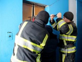 Locatarii unui bloc din Capitală, evacuați de salvatori, după ce un incendiu a izbucnit la etajul 16