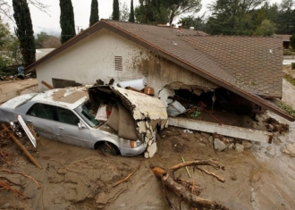 Masive alunecări de teren în California: Eforturi intense de căutare a supravieţuitorilor