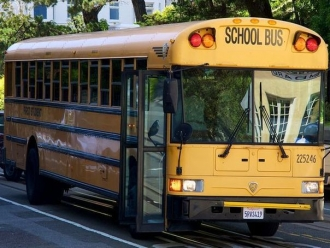 Accident grav în Germania | Un autobuz scolar, plin cu elevi s-a izbit de o casă: 21 de persoane, rănite