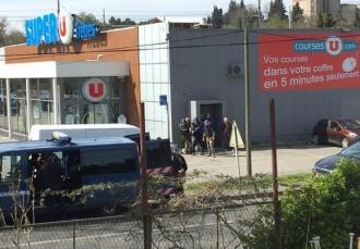 Atac TERORIST în sudul Franţei. Luare de OSTATICI şi focuri de armă într-un supermarket