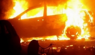 O mașină parcată în curtea unui bloc din sectorul Ciocana, distrusă de flăcări