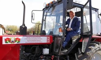 Trei localități din țară au primit câte un tractor donat de Președintele Republicii Belarus