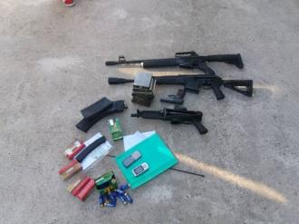 Descinderi în sudul țării; Oamenii legii au găsit arme, cartușe și bani