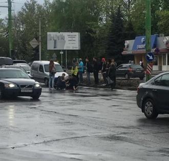 O femeie a fost lovită de un automobil, în timp ce traversa strada