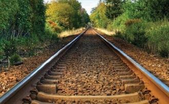 O femeie, care dormea pe calea ferată, lovită de trenul de pe cursa Chișinău-București